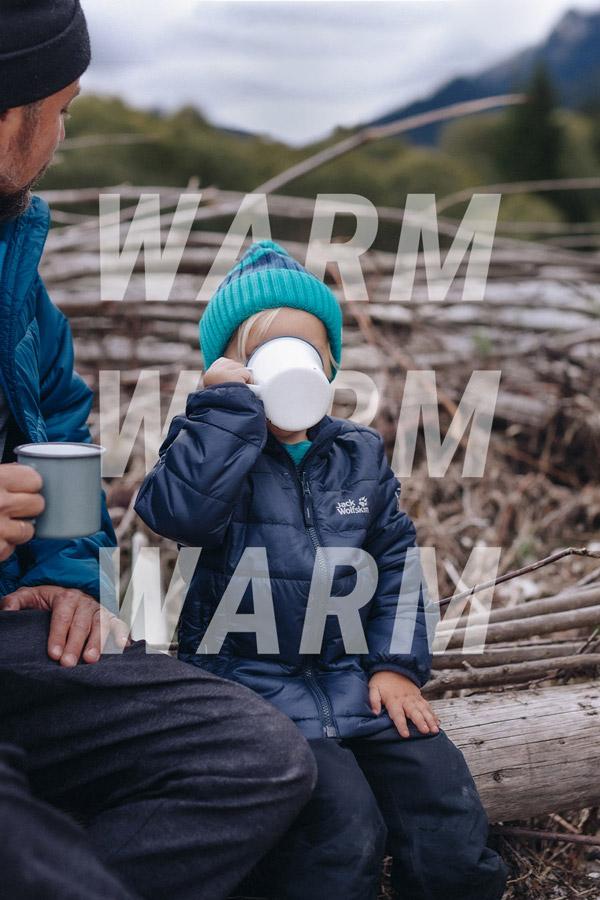 Dziecko pije ciepły napój