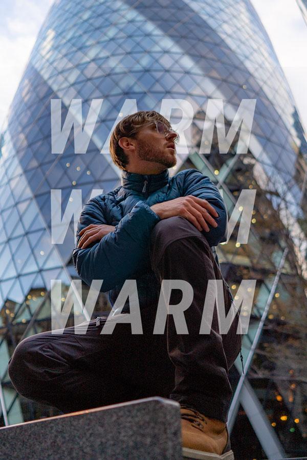 Mężczyzna pozuje przed budynkiem